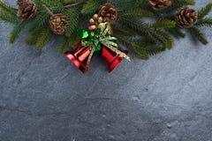 le sapin de cloche de Noël geeen le ruban avec Noël heureux des textes sur le sto Images libres de droits
