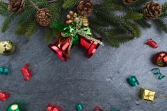 le sapin de cloche de Noël geeen le ruban avec Noël heureux des textes sur le sto Image stock