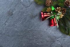 le sapin de cloche de Noël geeen le ruban avec Noël heureux des textes sur le sto Photographie stock libre de droits