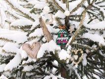 Le sapin est décoré par des jouets de Noël Photo libre de droits