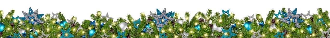 Le sapin large superbe d'essence d'argent de guirlande bleue de Noël s'embranche casserole Images stock