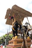 Le sarcophage de taureau est préparé pour un enterrement de famille royale d'Ubud photographie stock libre de droits