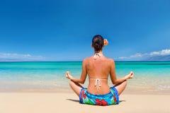 Le sarong de plage méditent photographie stock libre de droits