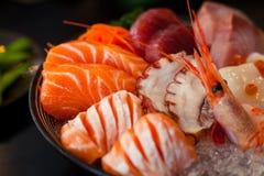 Le sashimi est une délicatesse japonaise se composant de la viande crue ou des poissons très frais découpés en tranches en morcea Images libres de droits