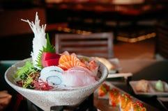 Le sashimi frais japonais de sushi a placé avec de divers poissons et fruits de mer image libre de droits