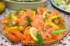 Le saumon roule à un plat Image libre de droits