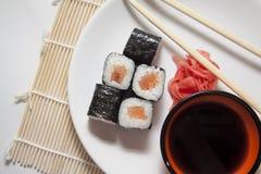 Le saumon roule sur la paille traditionnelle mate Photos stock