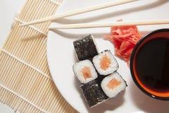 Le saumon roule sur la paille traditionnelle mate Images stock