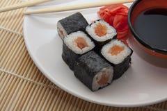 Le saumon roule sur la paille traditionnelle mate Photographie stock libre de droits