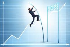 Le saut à la perche d'homme d'affaires plus de vers sa carrière de succès Image stock