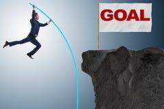Le saut à la perche d'homme d'affaires vers son but de succès Images libres de droits