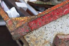 Le saut de déchets s'est rouillé et a rempli de débris Photographie stock libre de droits