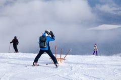 Le sauveteur de ski porte un berceau vide en bas de la montagne concept du patinage dangereux, freeride, skieur blessé par délivr images libres de droits