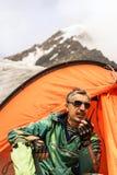 Le sauveteur en montagnes parle sur l'émetteur-récepteur tenu dans la main Photographie stock