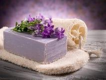 Le savon normal de fleur avec frottent photos libres de droits