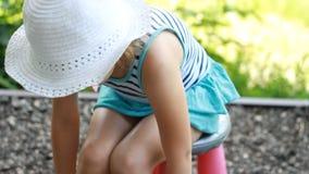 Le sbavature della neonata espongono al sole la crema crema della solarizzazione Crema di Suncream Crema di protezione di Sun stock footage