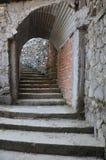 Le scala dell'entrata vanno all'interno della caverna della cascata delle cadute o del diavolo dell'inferno fotografia stock