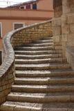 Le scale antiche aumentano il outsise una costruzione Immagini Stock