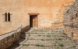 Le scale che conducono alla porta del Alquezar fortificano Fotografia Stock