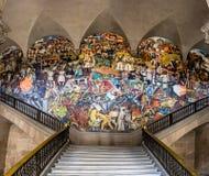 Le scale del palazzo nazionale con il murale famoso la storia del Messico da Diego Rivera - Città del Messico, Messico fotografia stock