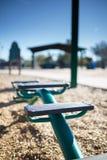 Le scale dell'equilibrio fare un passo in un gioco del ` s dei bambini parcheggiano Immagini Stock