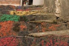 Le scale dipinte in arcobaleno colora il fondo fotografia stock libera da diritti