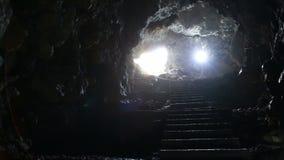 Le scale e l'uscita dal nel sottosuolo scavano video d archivio