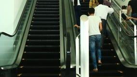 Le scale mobili sono indicate che costantemente funzionamento di sopra video d archivio