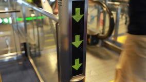 Le scale mobili sono indicate che costantemente funzionamento di sopra stock footage
