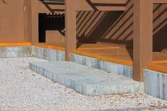 Le scale moderne è parte anteriore di costruzione Immagini Stock Libere da Diritti