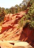 Le scale nell'ocra hanno colorato le rocce vicino al francese il Rossiglione Fotografia Stock