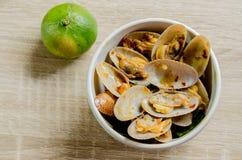 Le scalpore alte di fine hanno fritto le vongole con la pasta arrostita del peperoncino rosso, alimento tailandese Immagine Stock Libera da Diritti