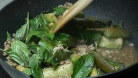 Le scalpore hanno fritto le foglie di erbe del basilico, melanzane affettate verdi del pezzo, carne di maiale tritata, aglio affe video d archivio