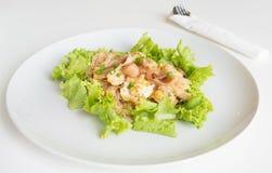 Le scalpore hanno fritto il pollo e l'uovo freschi del wigh delle tagliatelle della riso-farina Fotografia Stock Libera da Diritti