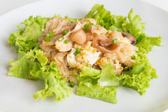 Le scalpore hanno fritto il pollo e l'uovo freschi del wigh delle tagliatelle della riso-farina Fotografie Stock Libere da Diritti