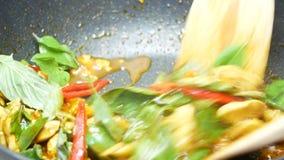 Le scalpore hanno fritto insieme il basilico della miscela, peperone dolce, pollo, cereale affettato, i fagioli lunghi dell'iarda stock footage