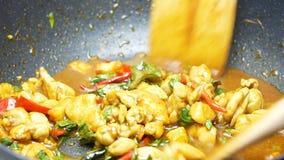 Le scalpore hanno fritto insieme il basilico della miscela, peperone dolce, pollo, cereale affettato, i fagioli lunghi dell'iarda video d archivio