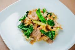 Le scalpore hanno fritto la tagliatella piana con il MOO del Se ew del cuscinetto della carne di maiale Fotografia Stock