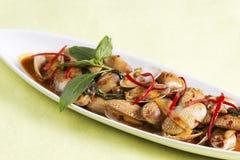 Le scalpore hanno fritto le vongole con la pasta arrostita del peperoncino rosso Immagini Stock