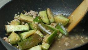 Le scalpore hanno fritto le melanzane del pezzo affettate verde, carne di maiale tritata, aglio affettato, pasta del gamberetto d stock footage