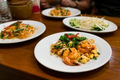Le scalpore tailandesi del gamberetto e della tagliatella dell'alimento hanno fritto con l'uovo, l'alimento tradizionale tailande Fotografia Stock