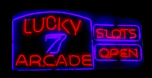 Le scanalature si aprono firmano dentro le luci al neon Fotografie Stock Libere da Diritti