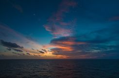 Le scape de mer, Sun a placé en mer pour le fond avec le nuage foncé et le ciel bleu dans le golfe de Thaïlande Images stock