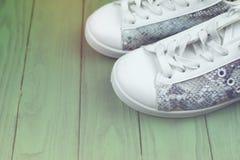 Le scarpe da tennis casuali del ` s delle donne sono bianco-turchese Fotografie Stock Libere da Diritti