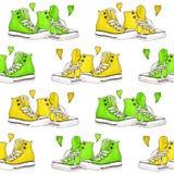 Le scarpe da tennis di verde giallo dell'acquerello accoppiano il fondo senza cuciture del modello dei cuori Fotografia Stock Libera da Diritti