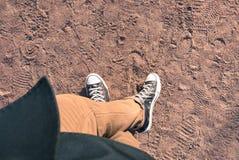 Le scarpe da tennis osservano da sopra Immagine Stock