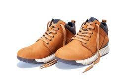 Le scarpe degli uomini in cuoio naturale del nubuck isolato su fondo bianco immagini stock libere da diritti