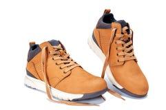Le scarpe degli uomini in cuoio naturale del nubuck isolato su fondo bianco fotografia stock libera da diritti