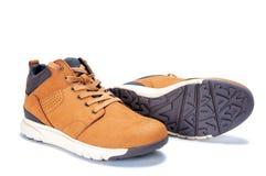 Le scarpe degli uomini in cuoio naturale del nubuck isolato su fondo bianco fotografia stock