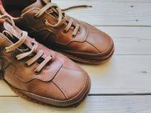 Le scarpe degli uomini di cuoio di Brown Immagini Stock